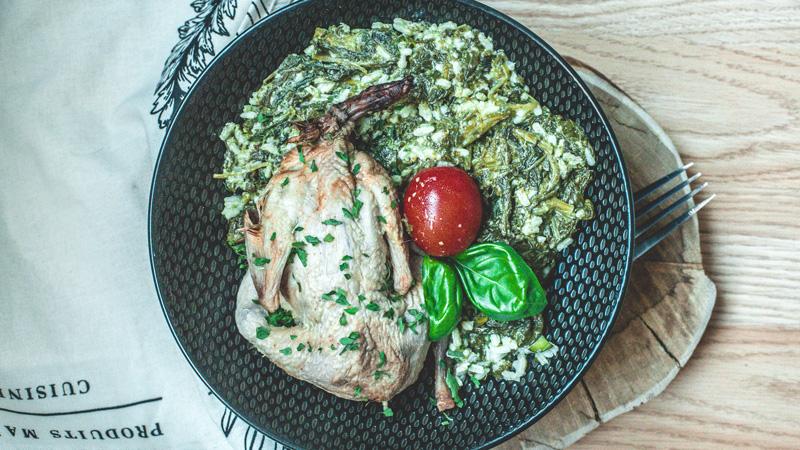 caille rôtie aux épices et son riz crémeux aux épinards frais