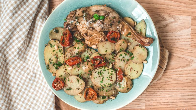 cuisse de canette braisée et ses pommes de terre sauce fruits rouges