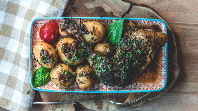 photo plat cuisse de pintade rôtie et ses pommes de terre grenaille