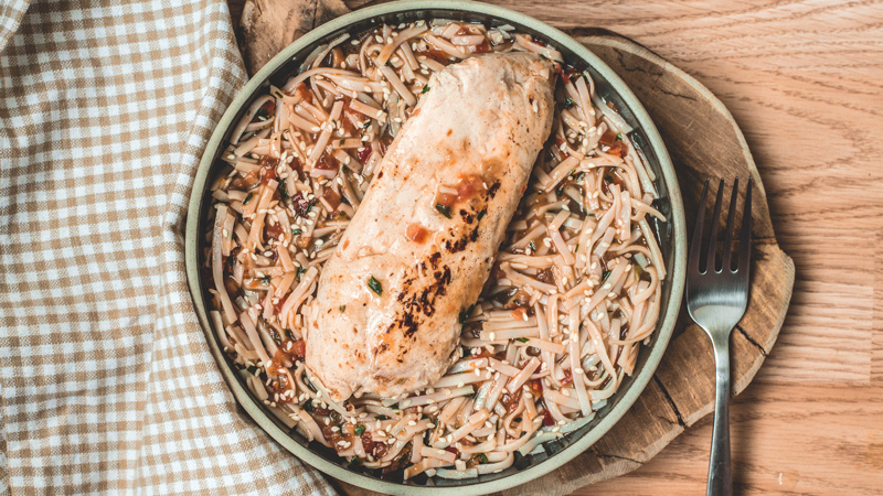 photo de filet de volaille aigre douce et ses nouilles aux légumes