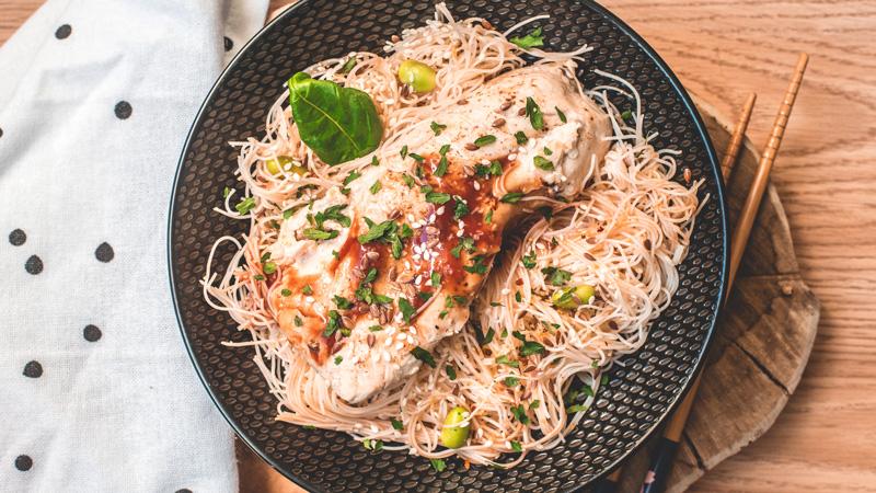 photo assiette de filet de volaille avec ses nouilles chinoises aux fèves