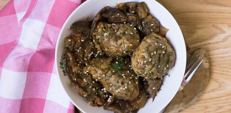 photo du plat de pilon de poulet rôti aux herbes et aubergines à la catalane