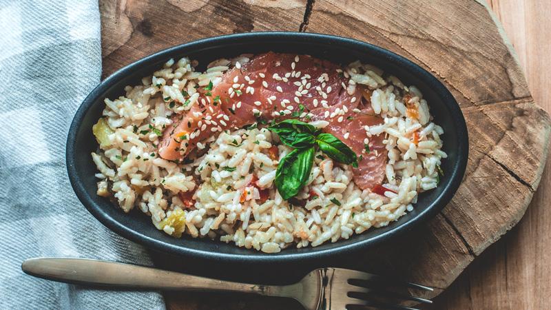 saumon gravlax accompagné de son riz complet aux légumes