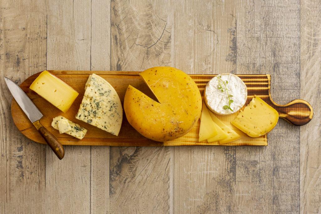 photo de plateau de fromages