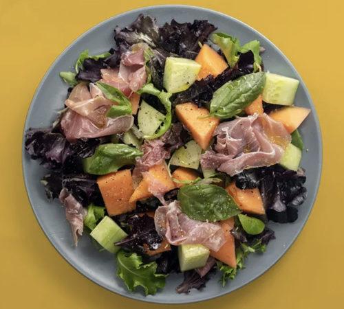 Salade au melon et au jambon cru