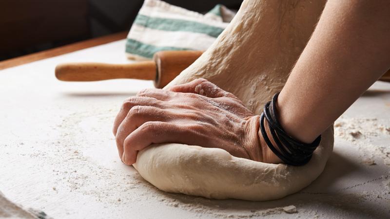 photo pétrissage pâte à pizza